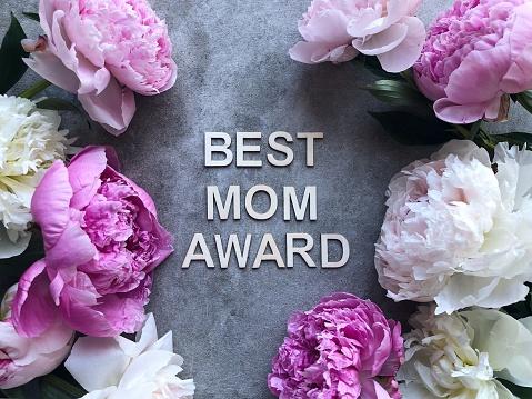 母の日「Peonies on a grey background around the words Best Mom Award」:スマホ壁紙(11)