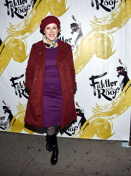 赤のコート「'Fiddler On The Roof' Broadway Opening Night Arrivals」:写真・画像(4)[壁紙.com]