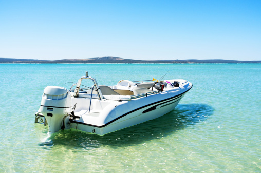 Fibreglass「Speed boat moored in the shallows of turquoise lagoon」:スマホ壁紙(5)