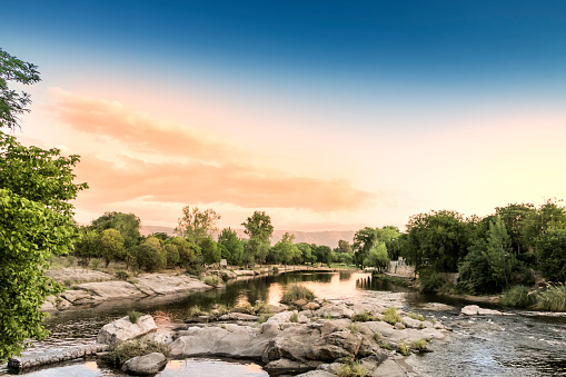 The Nature Conservancy「Panaholma river across villa Cura Brochero, Traslasierra valley, Córdoba, Argentina.」:スマホ壁紙(10)
