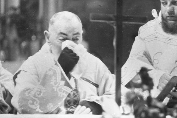 Religious Mass「Padre Pio during the mass at the Sanctuary of Saint Pio of Pietrelcina 1966」:写真・画像(11)[壁紙.com]