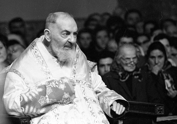 Religious Mass「Padre Pio during the mass at the Sanctuary of Saint Pio of Pietrelcina, 1966」:写真・画像(18)[壁紙.com]