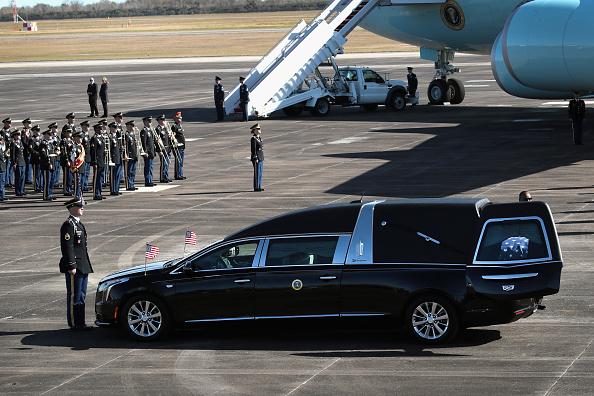 Scott Olson「Departure Ceremony Held As Body Of President Bush Flown To Washington DC」:写真・画像(7)[壁紙.com]