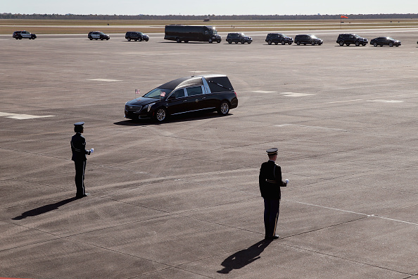 Scott Olson「Departure Ceremony Held As Body Of President Bush Flown To Washington DC」:写真・画像(9)[壁紙.com]