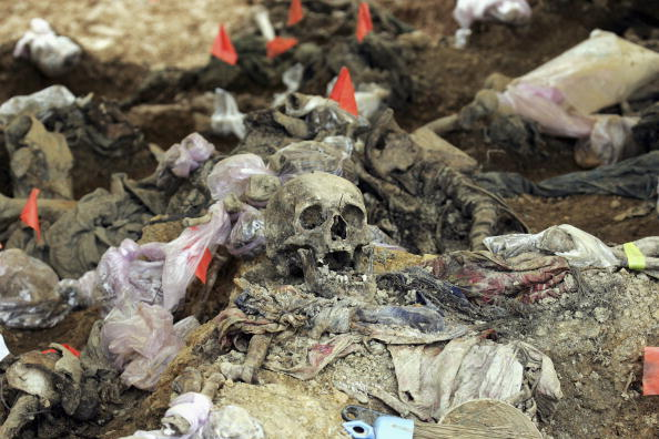 大量殺人「Forensics Experts Work On Exhuming And Identifying Srebrenica Victims」:写真・画像(11)[壁紙.com]