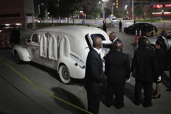 Scott Olson「Fans Of Soul Legend Aretha Franklin Pay Their Respects As Her Body Lies In Repose In Detroit」:写真・画像(15)[壁紙.com]