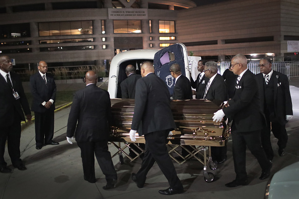 Scott Olson「Fans Of Soul Legend Aretha Franklin Pay Their Respects As Her Body Lies In Repose In Detroit」:写真・画像(16)[壁紙.com]