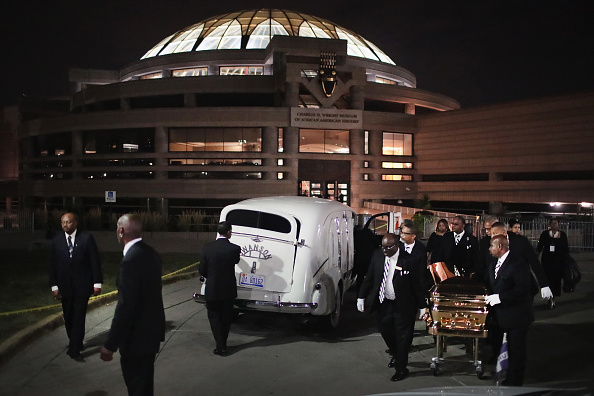 Scott Olson「Fans Of Soul Legend Aretha Franklin Pay Their Respects As Her Body Lies In Repose In Detroit」:写真・画像(14)[壁紙.com]