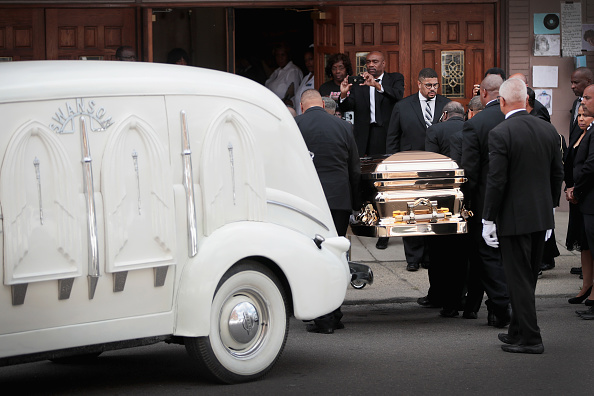 Scott Olson「Fans Of Soul Legend Aretha Franklin Pay Their Respects As Her Body Lies In Repose In Detroit」:写真・画像(10)[壁紙.com]