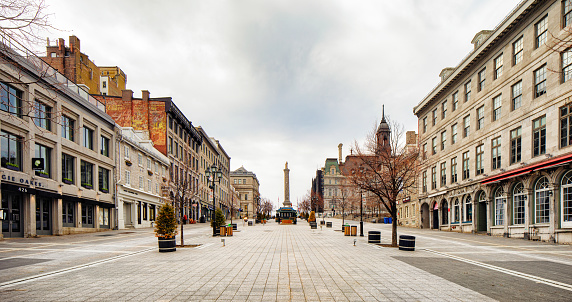 Local Government Building「Montreal deserted place Jacques-Cartier on a cloudy Springtime day panoramic view」:スマホ壁紙(4)