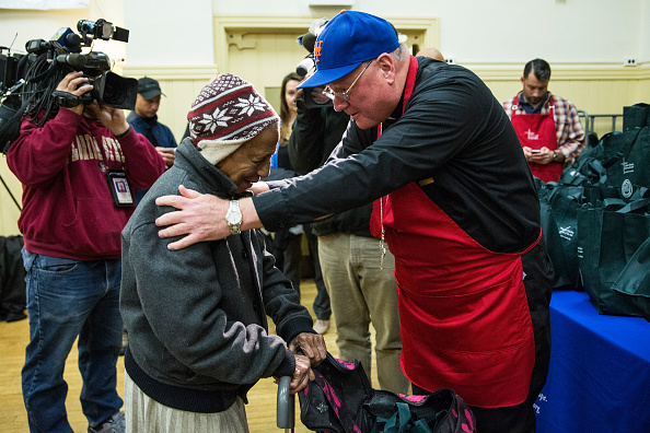 Hand「Cardinal Dolan Helps Distribute Thanksgiving Meals In Harlem」:写真・画像(18)[壁紙.com]