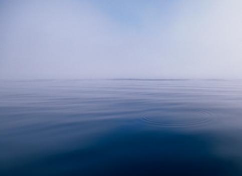 Rippled「Ripples on ocean surface in morning fog」:スマホ壁紙(6)