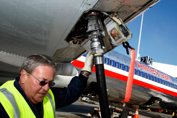 Refueling「Major Airlines Raise Fares As Oil Prices Surge」:写真・画像(3)[壁紙.com]