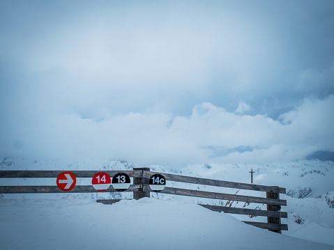 イシュグル「Signs to a black ski run, Ischgl, Landeck, Tyrol, Austria」:スマホ壁紙(16)