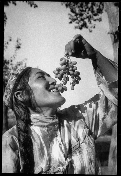 Skull Cap「Girl With A Bunch Of Grapes」:写真・画像(17)[壁紙.com]