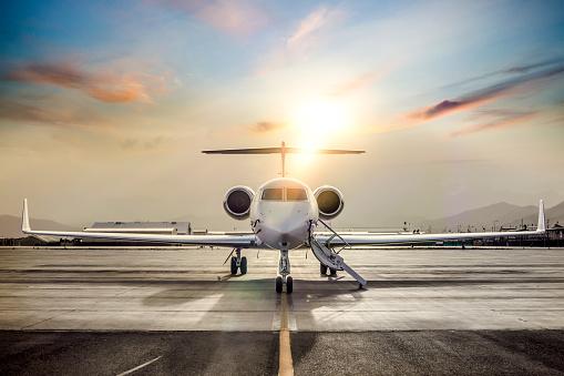 Travel「Private Jet On Airport Runway」:スマホ壁紙(5)