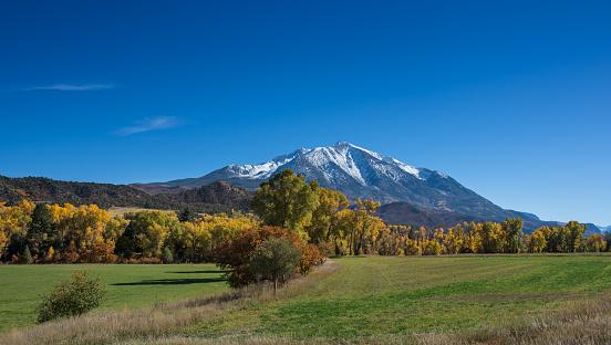 コリージェット連峰「新鮮な雪、ロッキー山脈にある秋の風景」:スマホ壁紙(4)