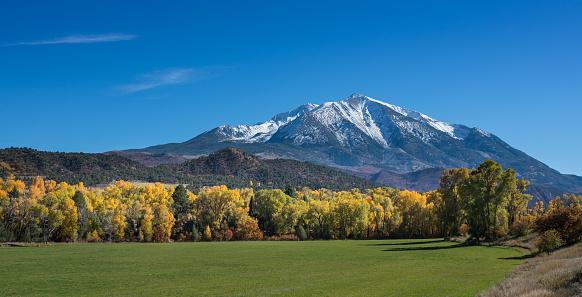 コリージェット連峰「新鮮な雪、ロッキー山脈にある秋の風景」:スマホ壁紙(2)