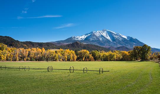 コリージェット連峰「新鮮な雪、ロッキー山脈にある秋の風景」:スマホ壁紙(3)