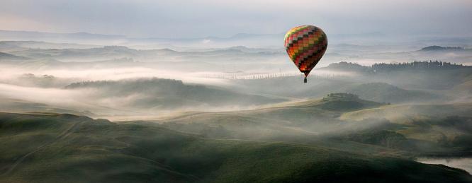 Balloon「Hot Air Balloon Over Crete Senesi Area of Tuscany」:スマホ壁紙(12)
