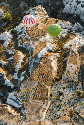 気球「Hot air balloons cruising across the hills of Cappadocia, Turkey」:スマホ壁紙(18)