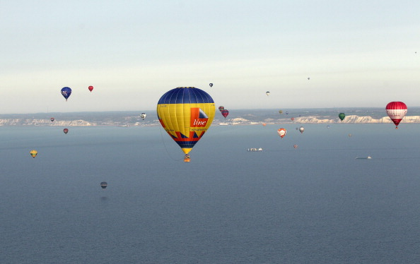 気球「Over Fifty Hot Air Balloons Attempt The Largest Ever Balloon Crossing Of The English Channel」:写真・画像(19)[壁紙.com]