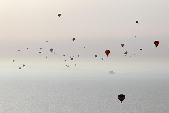 気球「Over Fifty Hot Air Balloons Attempt The Largest Ever Balloon Crossing Of The English Channel」:写真・画像(18)[壁紙.com]