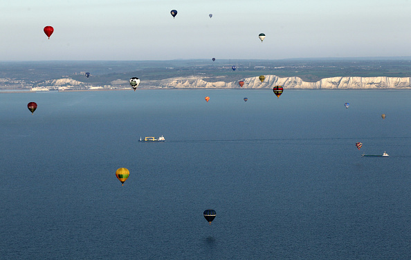 気球「Over Fifty Hot Air Balloons Attempt The Largest Ever Balloon Crossing Of The English Channel」:写真・画像(15)[壁紙.com]