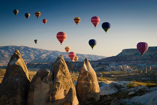 Balloon「Hot air balloons at sunrise flying over Cappadocia, Goreme, Turkey」:スマホ壁紙(15)