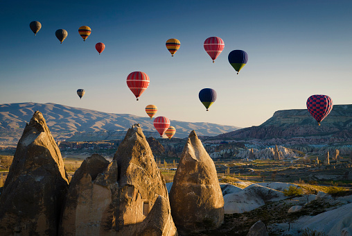 Dramatic Landscape「Hot air balloons at sunrise flying over Cappadocia, Goreme, Turkey」:スマホ壁紙(16)
