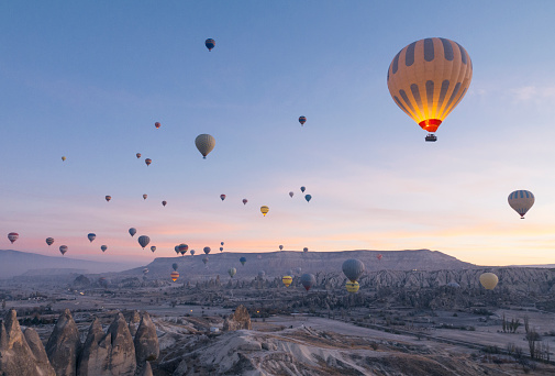 Balloon「Hot air balloons flying in red and rose valley in Goreme in Cappadocia in Turkey」:スマホ壁紙(7)