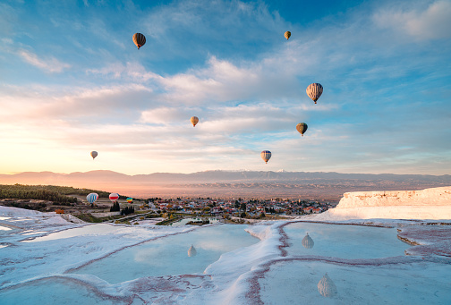UNESCO「Hot air balloons in travertine pools limestone terraces at sunrise in Pamukkale, Denizli」:スマホ壁紙(14)