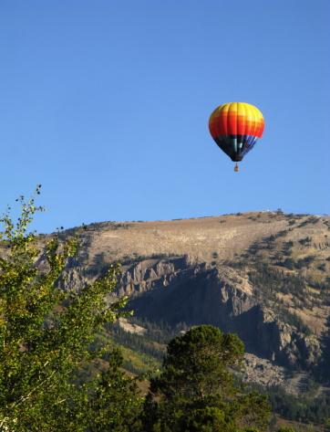 Grand Teton「Hot Air Balloon Over Grand Teton Mountains」:スマホ壁紙(3)
