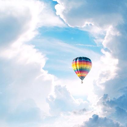 気球「Hot air balloon in clouds」:スマホ壁紙(0)