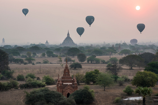 気球「Hot air Balloons flying over the temples of Bagan Historical site, Myanmar.」:スマホ壁紙(15)