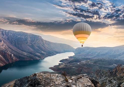 Balloon「Hot air balloons flying over the Botan Canyon in TURKEY」:スマホ壁紙(9)