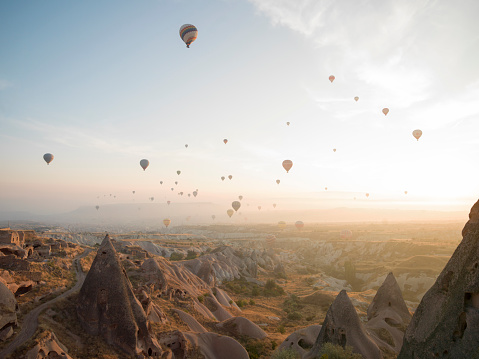 Exploration「Hot air balloons rise above desert landscape」:スマホ壁紙(1)