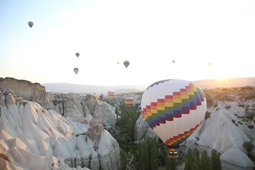 Balloon「Hot air balloons rise above Cappadocia landscape」:スマホ壁紙(11)
