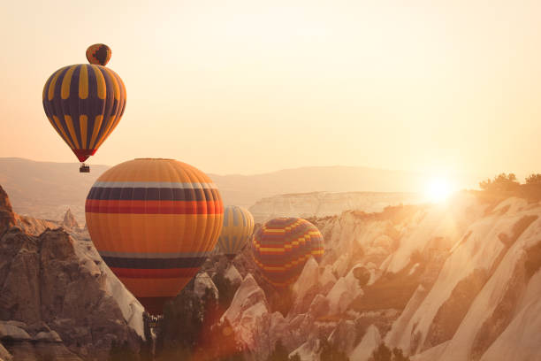 Hot air balloon and Fairy chimneys in Cappadocia:スマホ壁紙(壁紙.com)