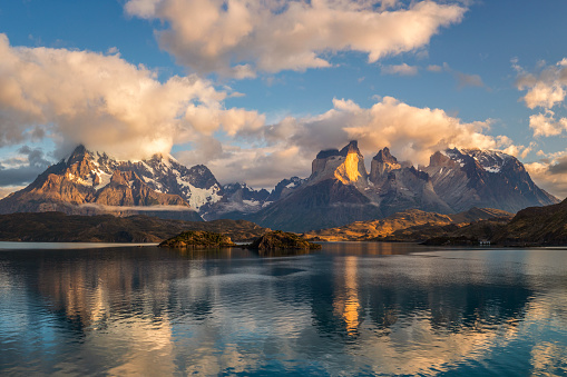 Log「Pehoe Lake Reflection and Cuernos Peaks in the Morning, Torres del Paine National Park, Chile」:スマホ壁紙(15)