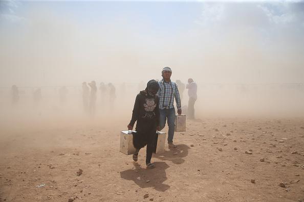 Stringer「Syrian Kurds Fleeing The Islamic State Militants Cross Into Turkey」:写真・画像(0)[壁紙.com]