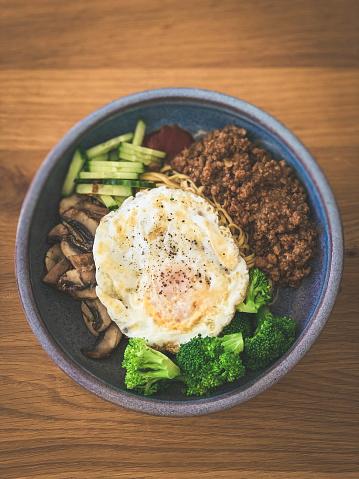 Chili Sauce「Noodle Bowl with minced pork, sautéed chestnut mushroom, steamed broccoli, sliced cucumber, chilli sauce and fried egg.」:スマホ壁紙(15)