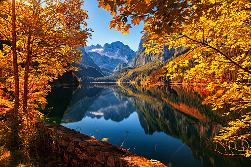 Dachstein Mountains「Autumn on lake Gosausee in Salzkammergut, Austria」:スマホ壁紙(4)
