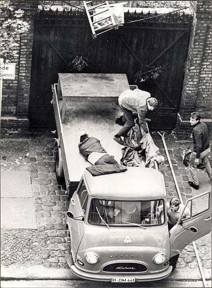 West Berlin「Escapee In Lorry By Berlin Wall」:写真・画像(9)[壁紙.com]