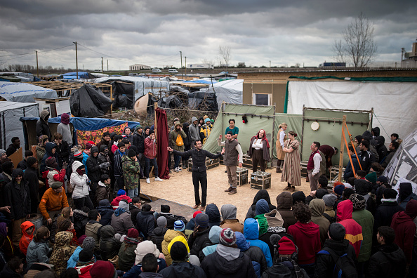 Calais「Shakespeare's Globe Actors Perform Hamlet In The Calais Jungle」:写真・画像(9)[壁紙.com]