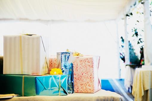 結婚「Wedding gifts on table」:スマホ壁紙(8)