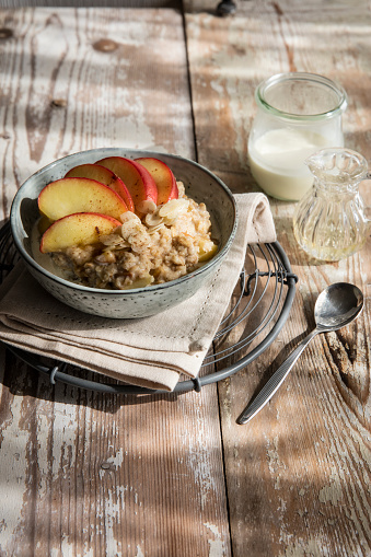 Apple「Bowl of porridge with apple and cinnamon」:スマホ壁紙(17)