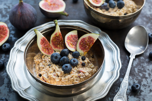 Silverware「Bowl of porridge with sliced fig, blueberries and dried berries」:スマホ壁紙(7)