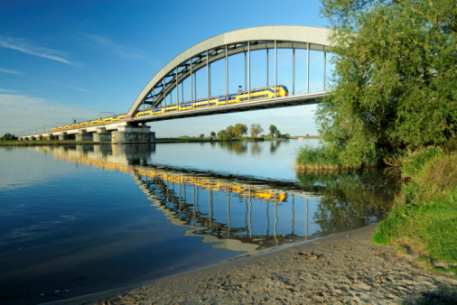 Netherlands「Railway bridge with train」:スマホ壁紙(4)