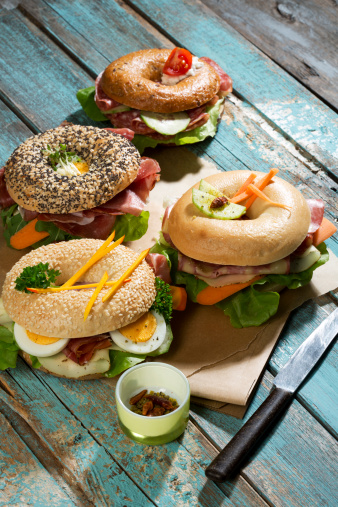 Arugula「Four different bagels garnished with salami, slices of bacon, rocket salad, tomato, lettuce, cucumber carrot, egg, cream cheese and cress and parsley」:スマホ壁紙(3)